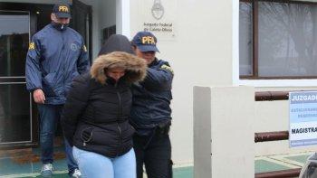 Momentos en que la Policía Federal traslada a la dueña del local, apodada La Brasileña.