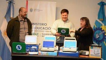 El Ministerio de Educación entregó tres aulas móviles para los Centros de Formación Profesional de Río Mayo, José de San Martín y Sarmiento. Fueron recibidos por Luis Pensado, coordinador del área.
