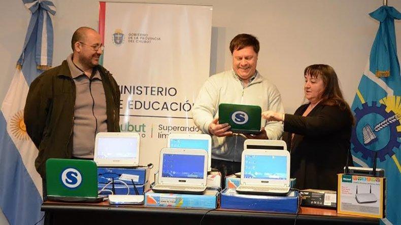 El Ministerio de Educación entregó tres aulas móviles para los Centros de Formación Profesional de Río Mayo