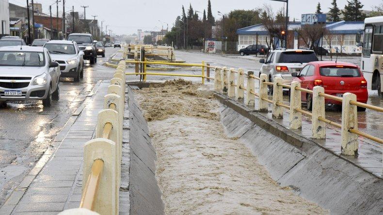 La lluvia no cesa y el canal evacuador de la avenida Roca ya desbordó