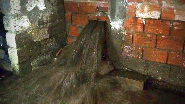 El pasado 2 de junio la rotura de un caño ocasionó una inundación desmedida que atravesó incluso paredes de material