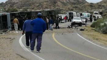 Tragedia en Mendoza: ya son 15 los muertos por el vuelco del micro.
