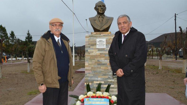 En el barrio Gas del Estado se colocó una ofrenda floral al pie del busto que recuerda al primer administrador de la empresa