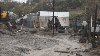La corriente de agua que bajó desde el cerro destruyó una casa y ocasionó graves daños en otras seis viviendas de la zona Eva Perón, del barrio Máximo Abásolo.