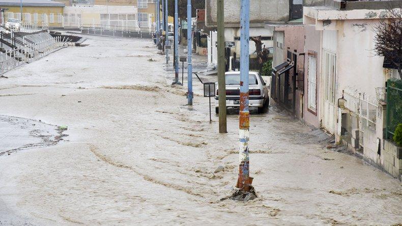 El canal de la avenida Roca desbordó por momentos