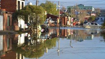 El agua también invadió la calle Malvinas inundando numerosas viviendas particulares. Muchos de sus moradores optaron por autoevacuarse.