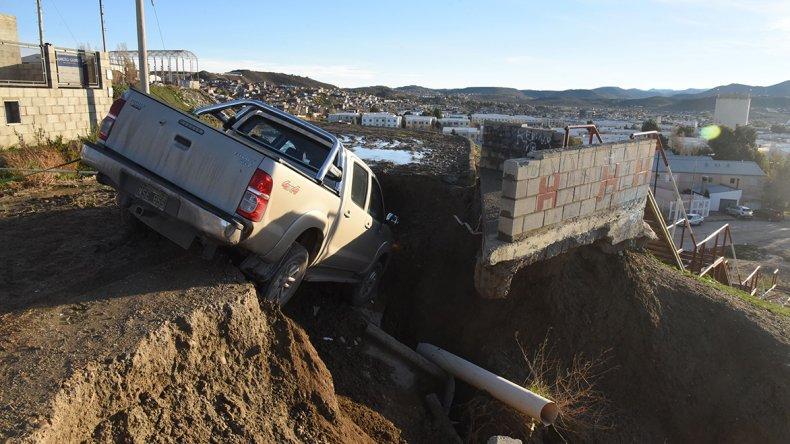 Una Toyota Hilux cayó ayer en la trampa que representa para los conductores una grieta que se ensanchó con las últimas lluvias.