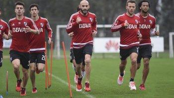 Javier Pinola –centro– entrenando ayer con sus nuevos compañeros.