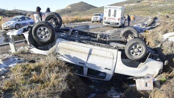 La camioneta que circulaba de este a oeste terminó volcando sobre la banquina contraria y uno de los operarios resultó lesionado.