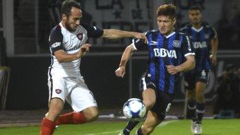 Belluschi intenta escaparle a la marca de Gil. San Lorenzo deberá conformarse con jugar la Sudamericana.
