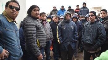 Los dirigentes gremiales Cristian Salazar y Ricardo Treuquil dialogaron con los desocupados de la construcción que habían bloqueado la delegación Caleta Olivia de la UOCRA.