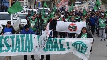 Al igual que sus pares de otras localidades de la provincia, los estatales de Caleta Olivia se movilizaron en una jornada fría y ventosa.