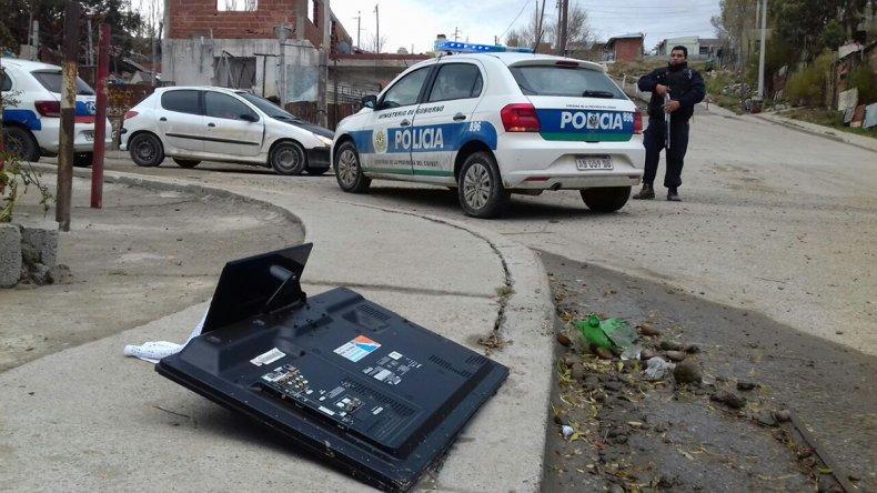 El televisor LCD que los sospechosos descartaron ante la llegada de la policía para luego intentar huir por techos y patios en el barrio Máximo Abásolo.