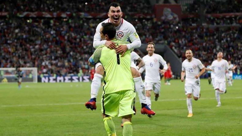 El héroe Claudio Bravo recibe el abrazo efusivo de Gary Medel