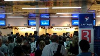 demoras y vuelos cancelados en aeroparque por un paro en latam