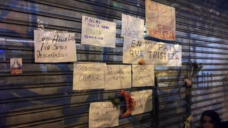 El neoliberalismo mata: los mensajes en la puerta de Anses