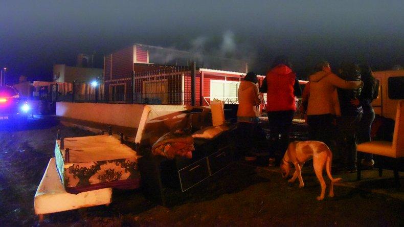 Los solidarios vecinos comenzaron a sofocar el siniestro con baldes con agua hasta que llegaron los bomberos. Las pérdidas fueron cuantiosas.