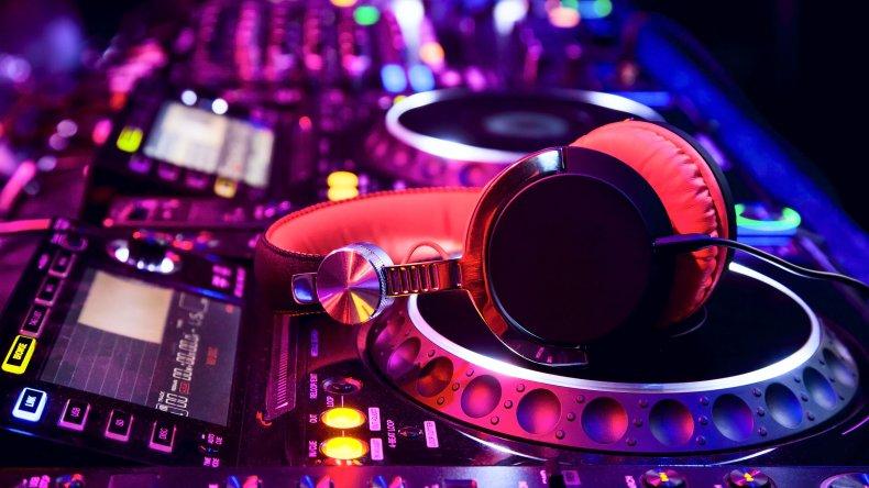 Golpearon a un DJ que pasó 10 veces Despacito