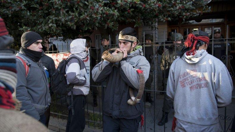 Miembros de la comunidad acompañan a Huala desde su detención. Foto: Diario de Río Negro.