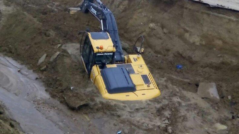 Dos excavadoras quedaron atrapadas en el zanjón