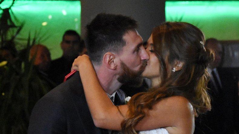 La boda del año tuvo lugar en Rosario y anoche Messi abandonó el país para continuar sus vacaciones en España.