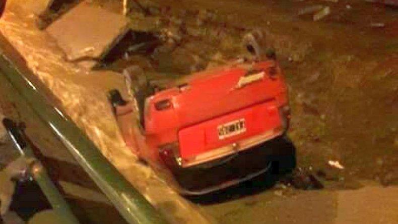 Un auto terminó en el fondo del canal evacuador de Roca