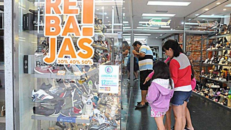 Los comercios del rubro calzado están entre los más afectados por la caída de ventas.