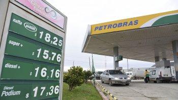 Los surtidores ayer actualizaron sus valores. Las naftas cuestan 7,2% más caras y el gasoil sufrió un aumento del 6% en todo el país.