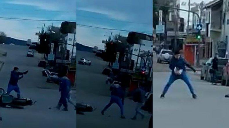 Video: esperan que pare en el semáforo para robarle la moto