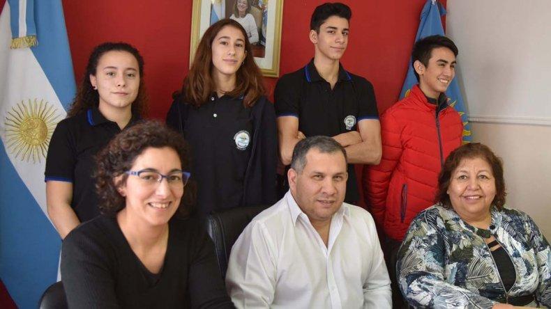 La entrega de órdenes de pasajes aéreos para estudiantes y profesores se realizó en la sede de la Dirección de Escuelas Regional Zona Norte.