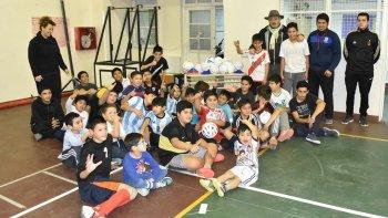 Volviendo a empezar, los chicos que practican fútbol y hándbol en la Escuela 707 de Km 8 recibieron nueva indumentaria.