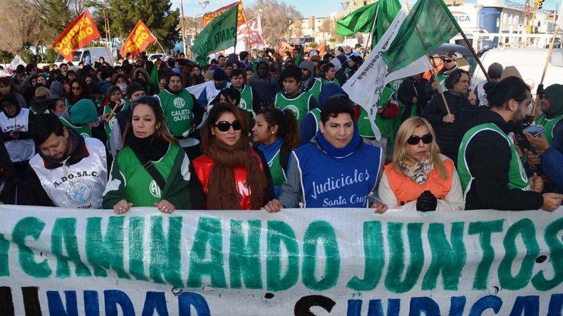 Referentes de diferentes gremios de trabajadores estatales encabezaron la masiva marcha de protesta que se realizó ayer en Caleta Olivia.