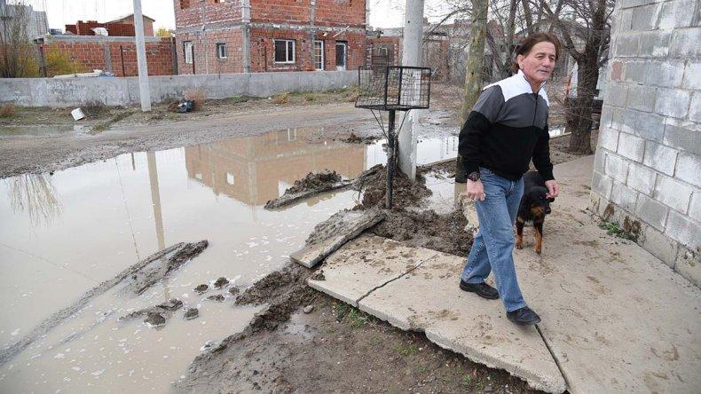 La laguna se desbordó y anegó la calle 2444 al 643. Los vecinos no pueden circular por el lugar. Una construcción quedó aislada.