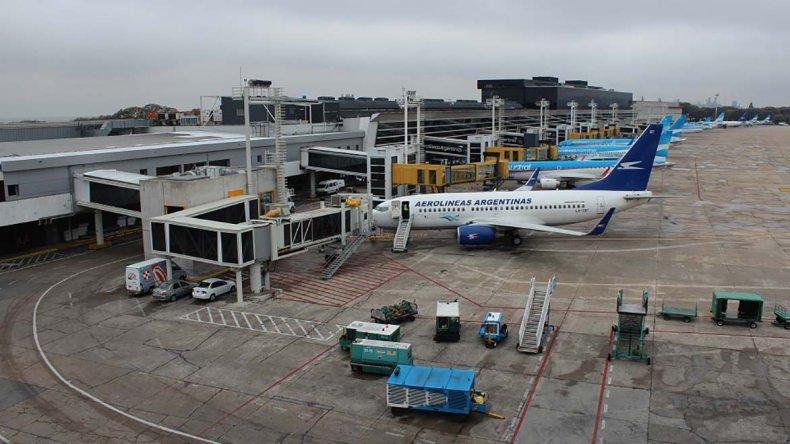 Los vuelos a países de la región no partirán ni llegarán más desde Aeroparque.