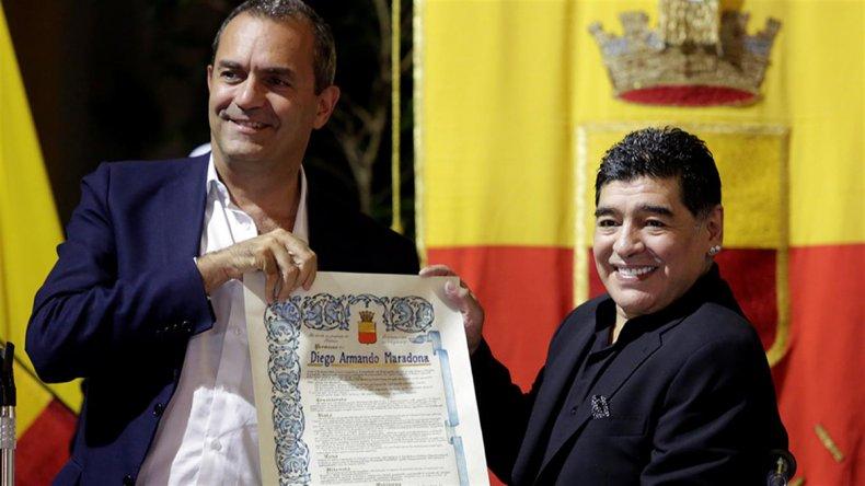 El alcalde Luigi DeMagistris con Diego Maradona