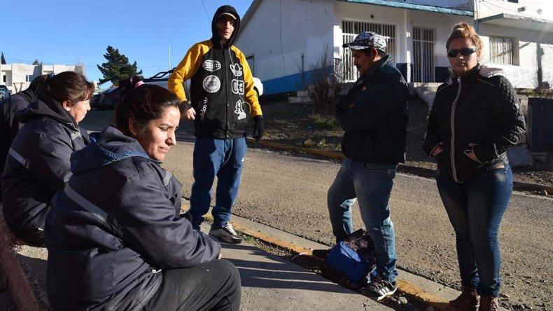Un grupo de operarios y operarias de la Fundación Santa Cruz Sustentable aguardaba ayer en la Secretaría de Trabajo alguna respuesta a los múltiples reclamos que tramitan en ese organismo.