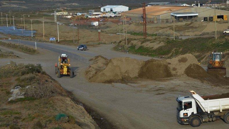 Ayer se retiró el montículo de tierra que cubría la Ruta 12 en la zona del barrio Industrial