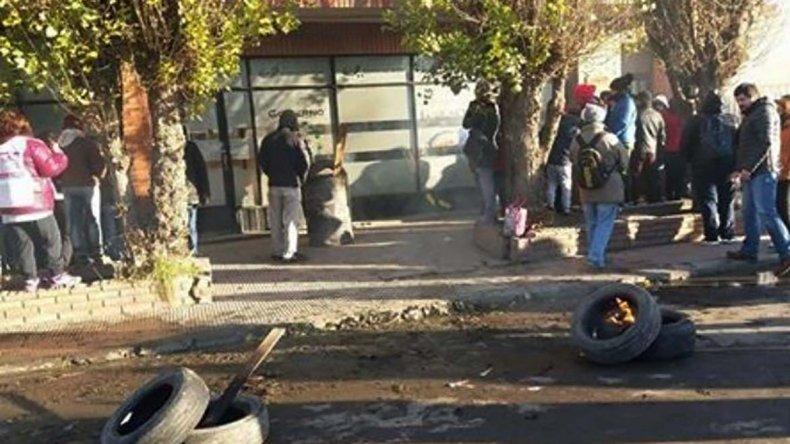 La sede del organismo provincial continuaba ayer bloqueada por docentes en repudio a los descuentos que sufrieron en la liquidación de los sueldos de junio.