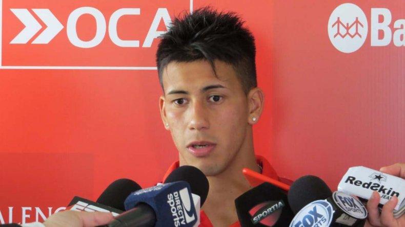 Maximiliano Meza dialogando con los medios de prensa.