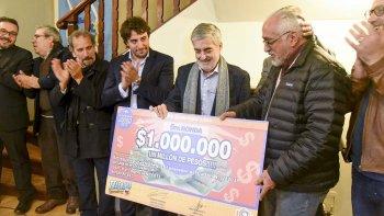 El gobernador entregó en Comodoro el premio de  $1 millón del Telebingo