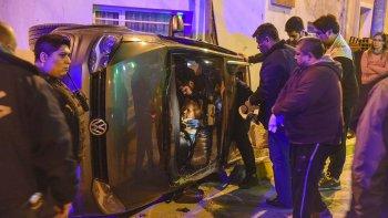 El rescate de la conductora del VW Crossfox tras el vuelco.