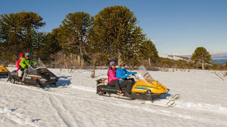 Los paseos en motos de nieve permiten acceder a rincones escondidos de montaña.