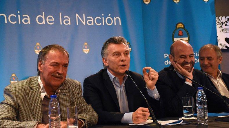 El gobernador Schiaretti y Macri brindaron una conferencia de prensa en Córdoba. El ministro Dietrich se ríe de algo que a él le causa gracia.