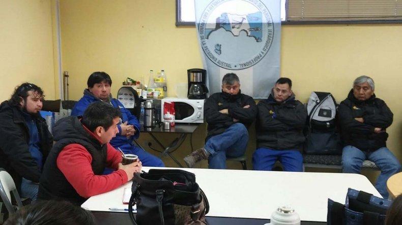 El encuentro que integrantes de la comisión directiva mantuvieron con trabajadores en Cañadón Seco.