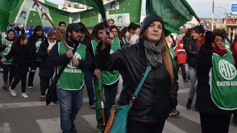 Cientos de trabajadores estatales volvieron a movilizarse ayer por calles de Caleta Olivia (foto) y Río Gallegos