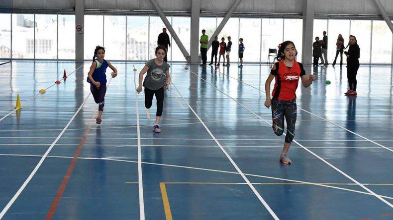 Los chicos en plena competencia en el torneo indoor de atletismo que se realizó el último sábado en el gimnasio municipal 4.