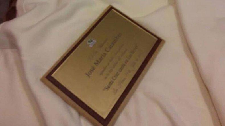 La plaqueta de la discordia quedó en la cama del hotel donde se alojó al artista