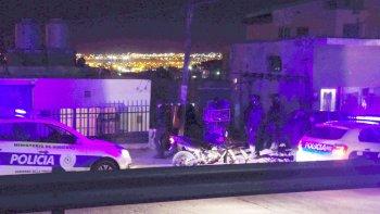 La policía ayer durante el operativo en la calle Huergo al 2.600, donde detuvieron a los sujetos armados.