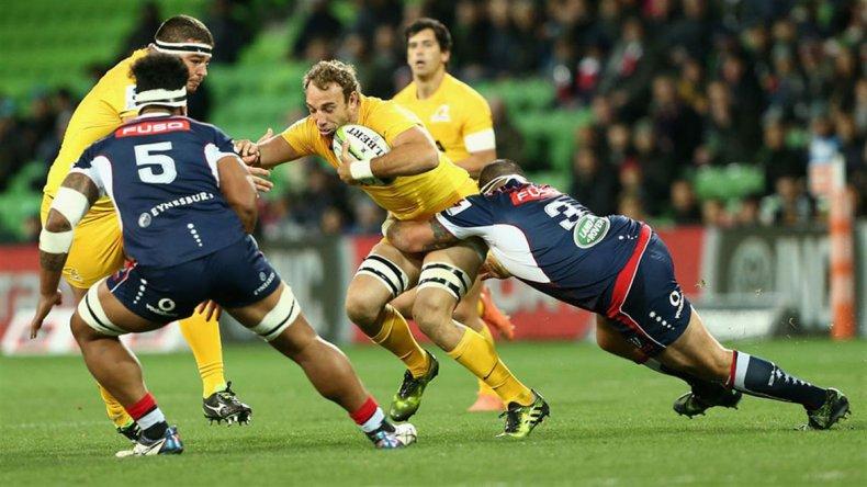 Leonardo Senatore intenta escaparse con la guinda en el partido jugado ayer en Melbourne.