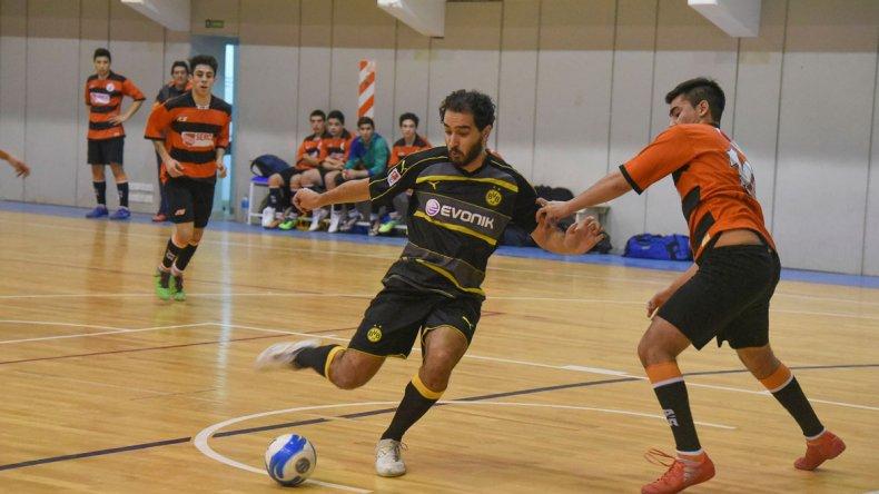 El torneo Apertura de fútbol de salón ingresó en su etapa de definición en las diferentes categorías.